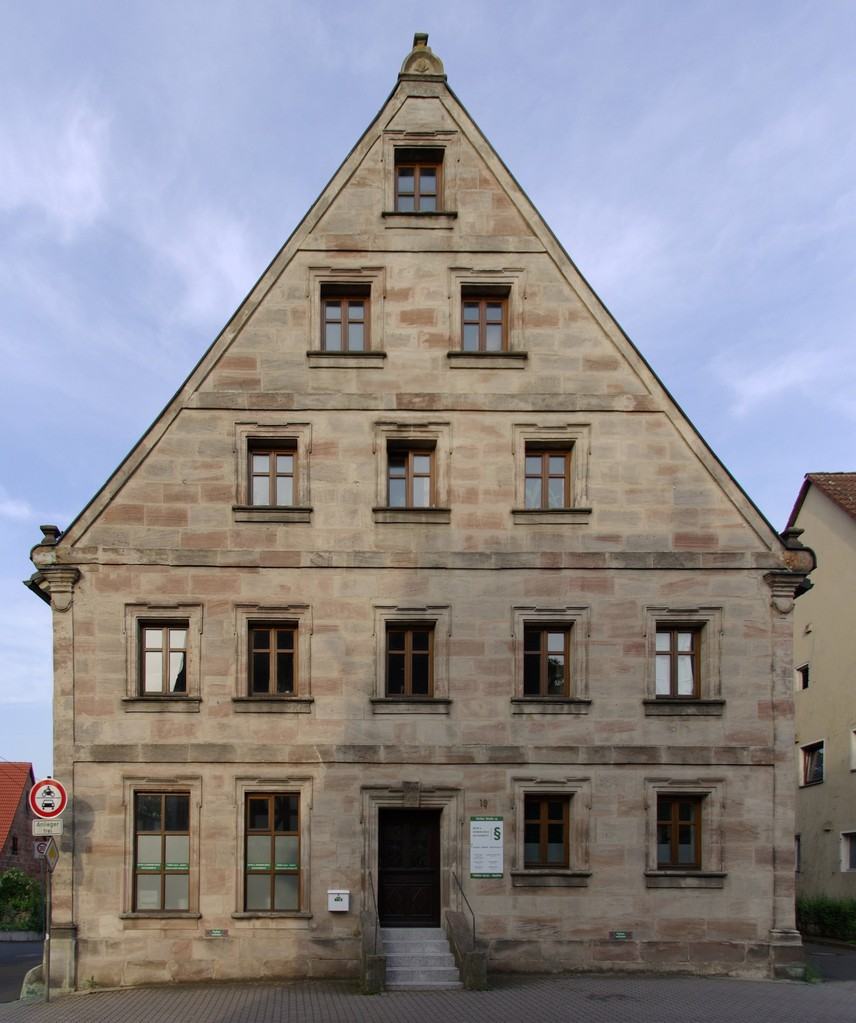 Vordere Giebelseite des restaurierten Gebäudes heute (Foto: janericloebe, Wikipedia
