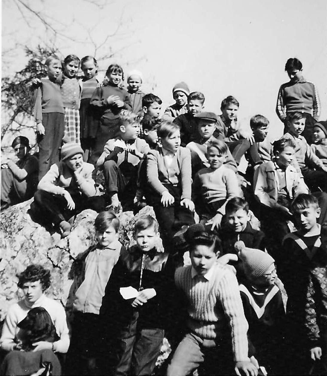 Unsere Kindergruppe im Frühjahr 1961. Ich sitze auf dem Felsen links außen. Unten links vor dem Felsen die Tochter des Hausmeisters mit dem Familiendackel.