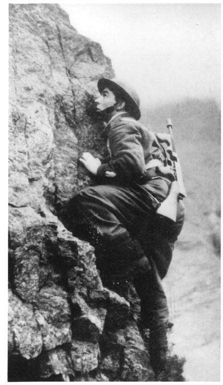 Klettertraining mit der typischen Commando Waffe: der Thompson Submachine Gun