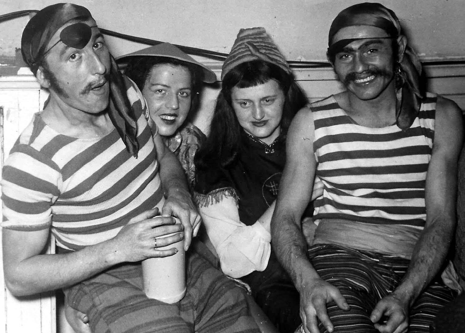 Piraten und Chinamädchen: Hans und Betty mit dem Ehepaar Stock