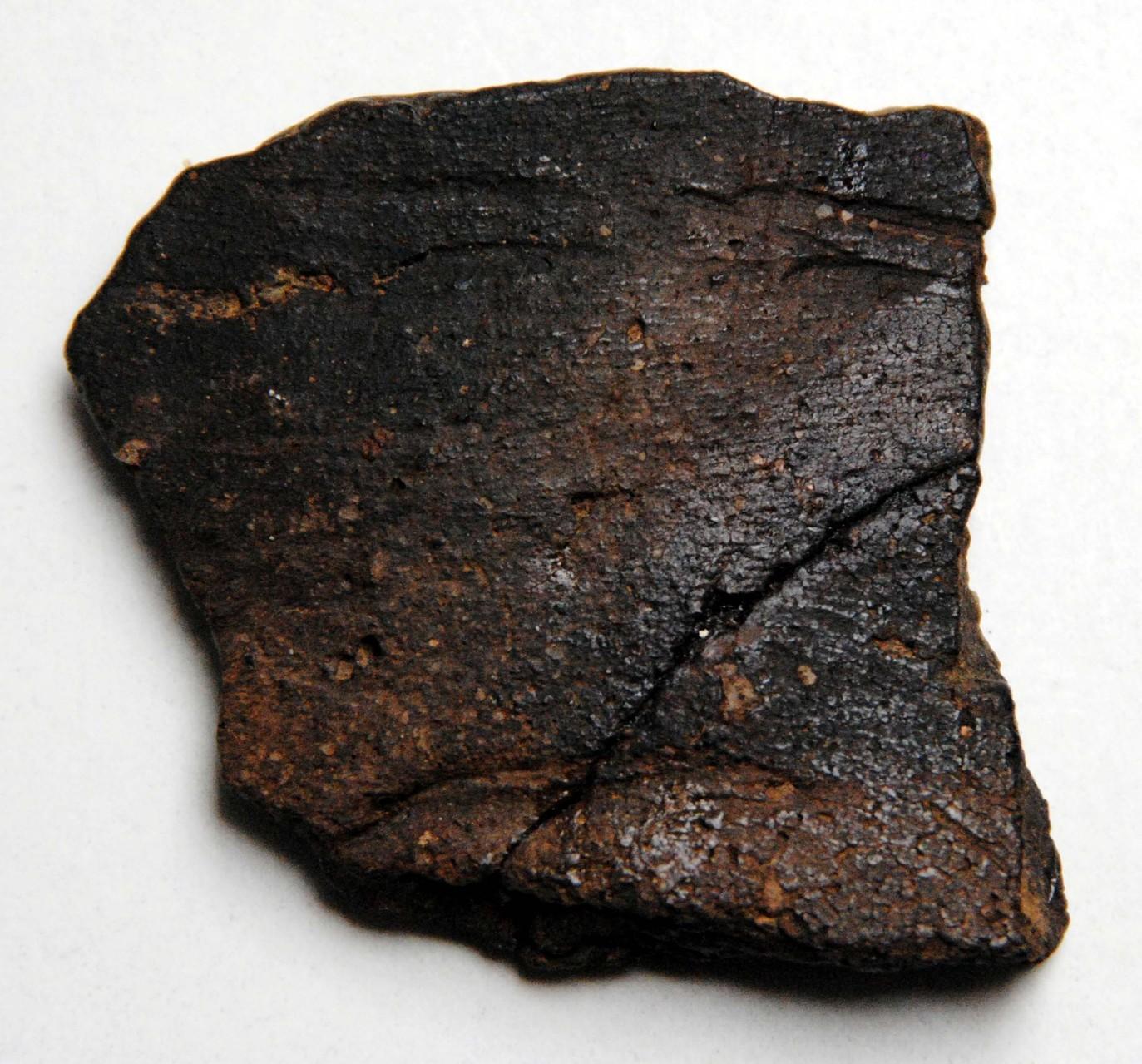 Bronzezeitliche Gefäß-Wandscherbe mit Spatelstich-Verzierung