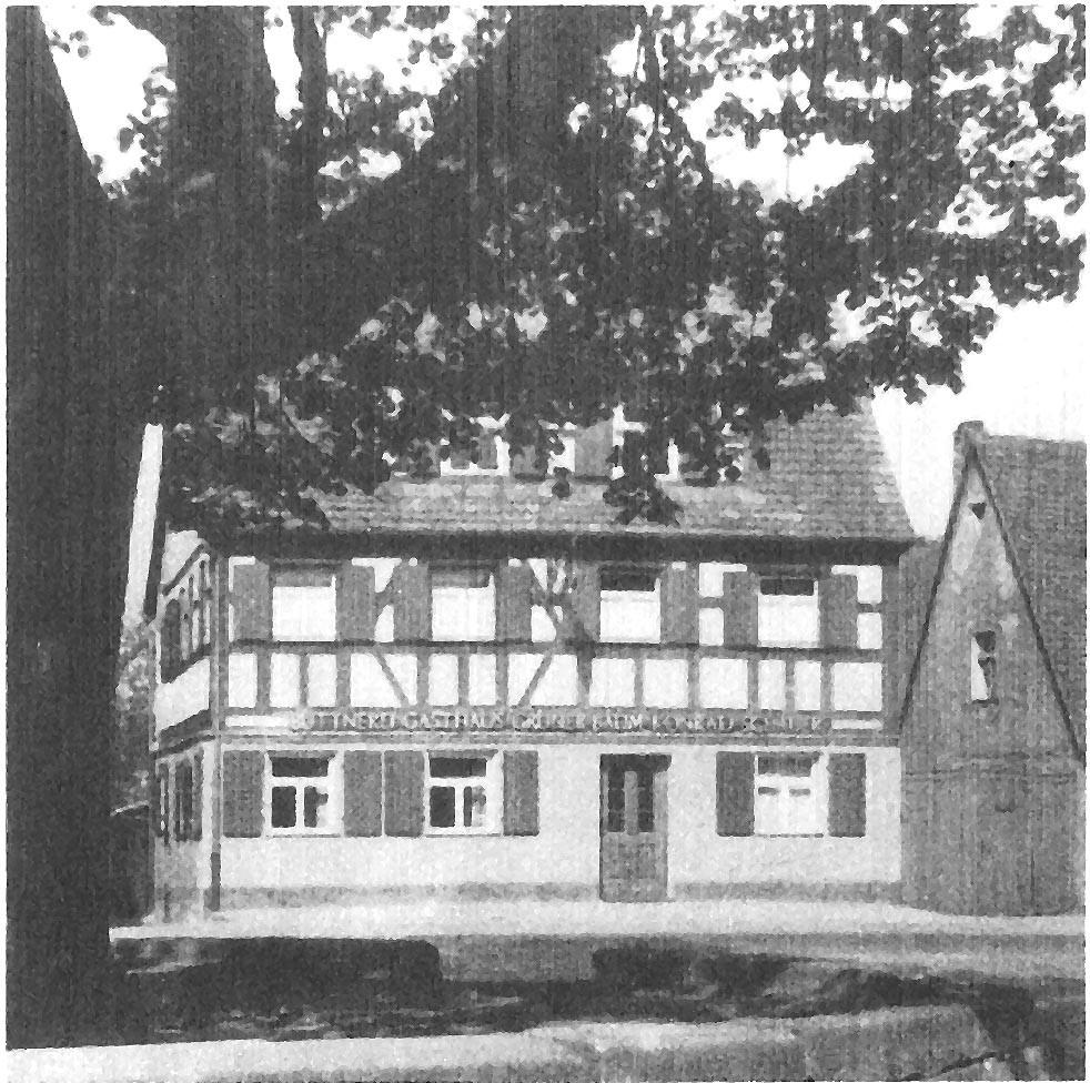 Steinrondell und Linde mit Blick nach Westen auf eines der vielen Gasthäuser (Schauer)
