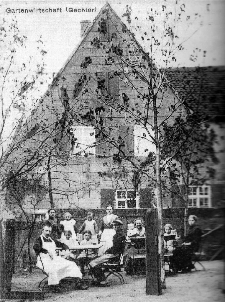 """Garten des alten Gasthauses """"Schwarzer Adler"""" vor dem dahinter liegenden Rohmer-Bauernhof"""