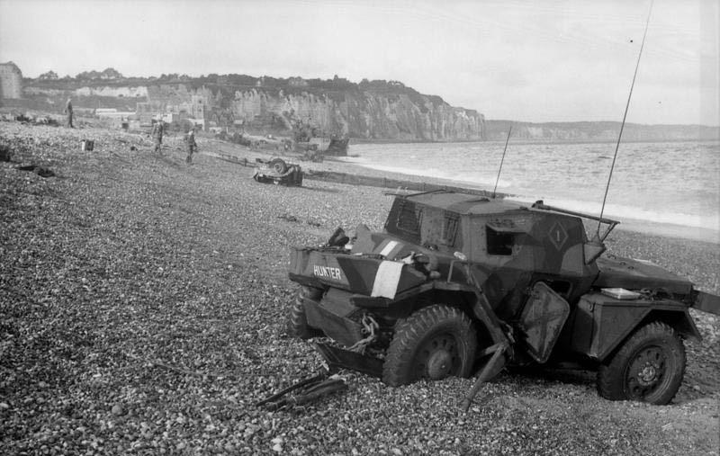 Suchmannschaft an einem Strandabschnitt (Bundesarchiv)