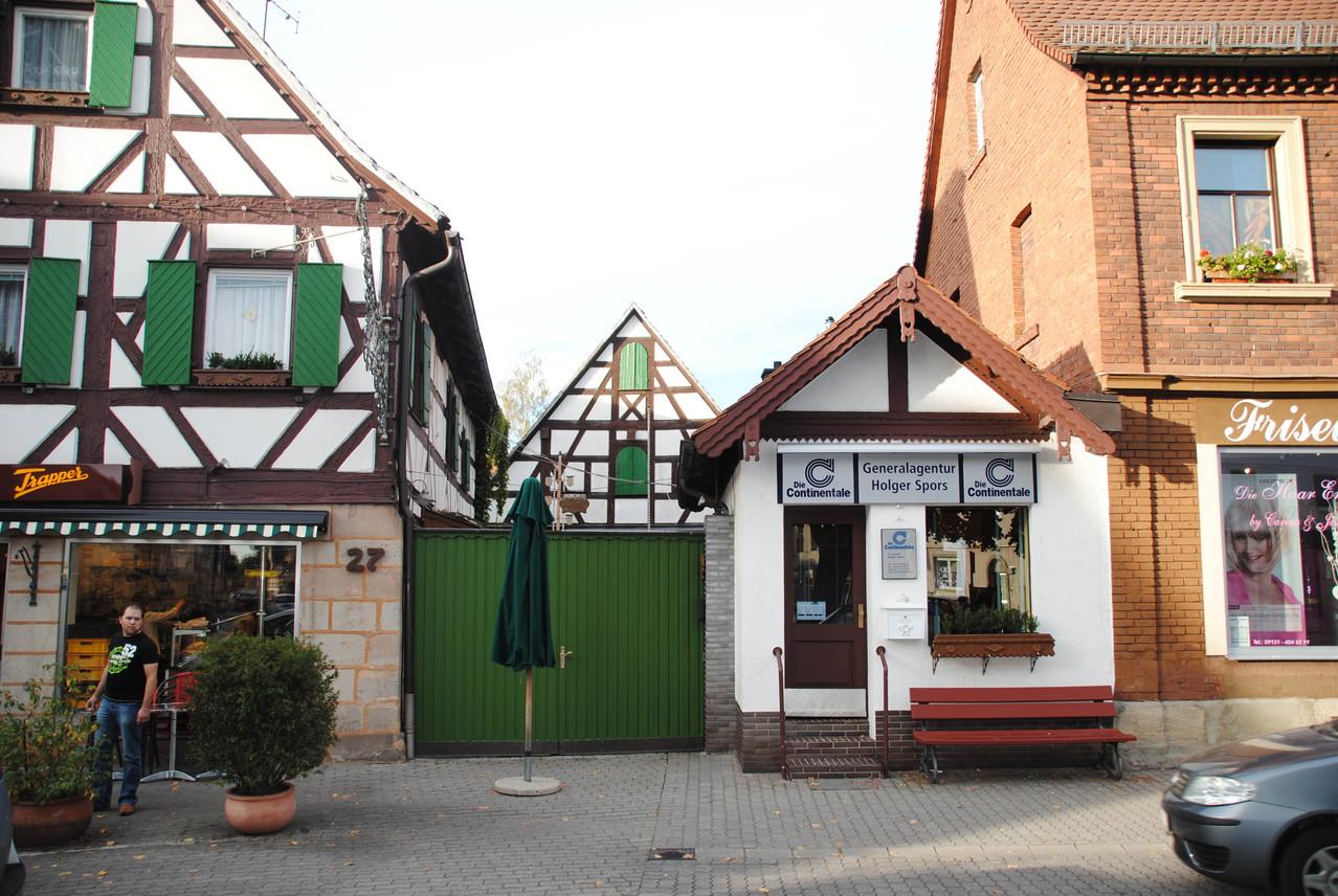 In diesem Anbau-Häuschen befand sich Onkel Ottos Herrensalon. Links Hof und Gebäude der Metzgerei Kronester mit Gaststätte