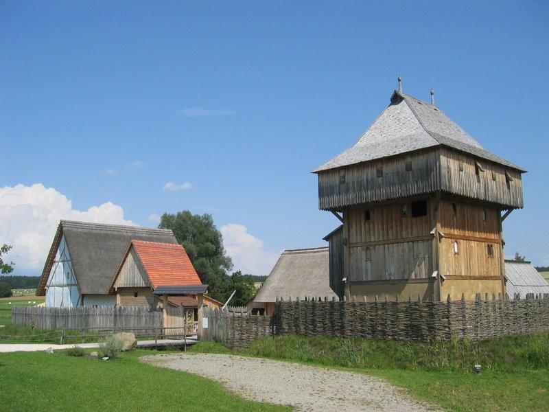 Beispielbild einer Turmburg aus Holz mit Wirtschaftsgebäuden (Kanzach am Federsee)