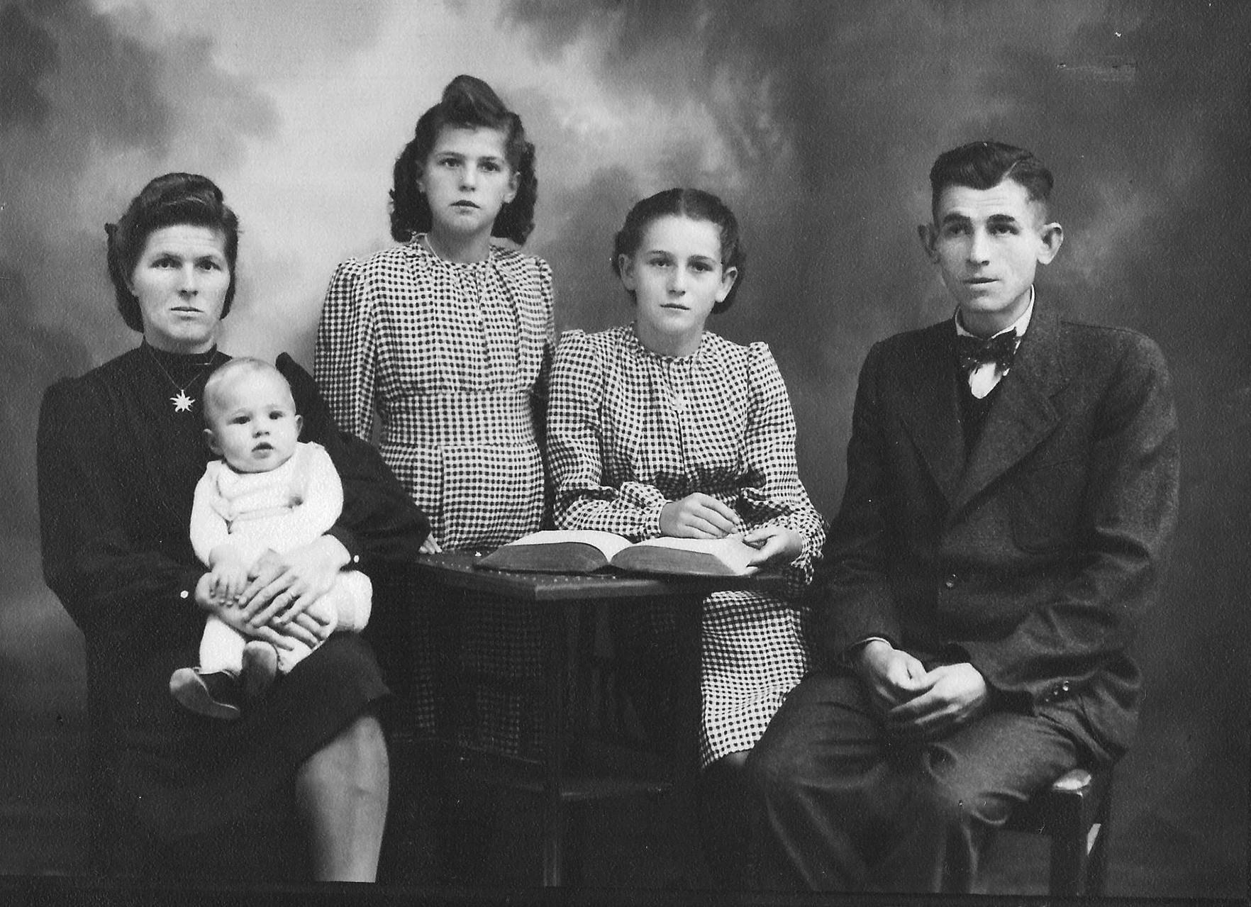 Familienfoto nach der Geburt des Bruders Werner (1941)
