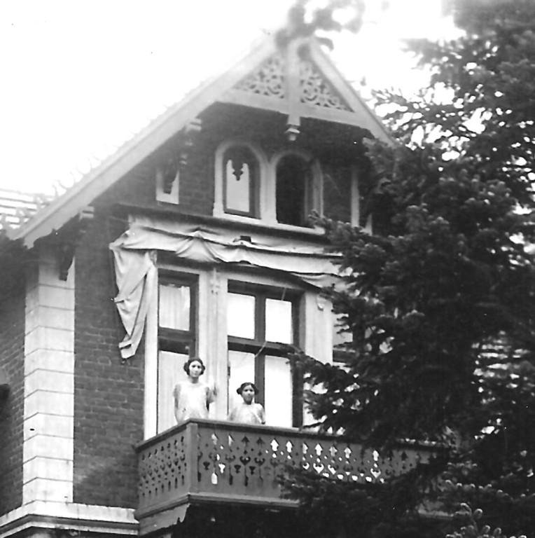 Um 1925: Wohnung der Levys in Grabow, Mecklenburg. Karl Ernsts Schwestern auf dem Balkon