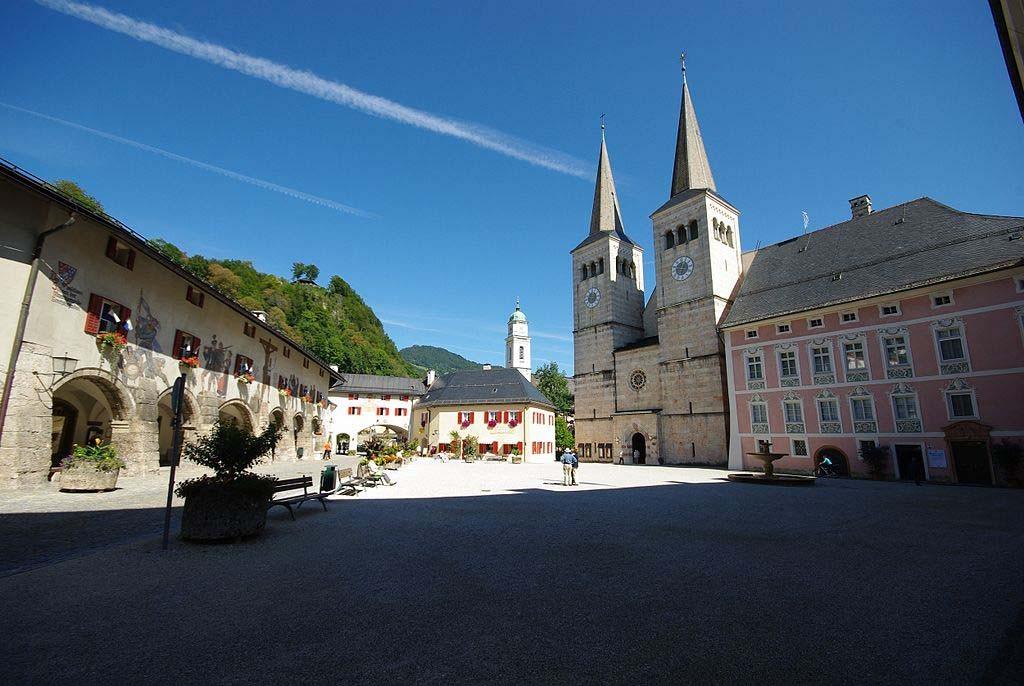 Der Schlossplatz mit der Stiftskirche (Wikipedia Commons)