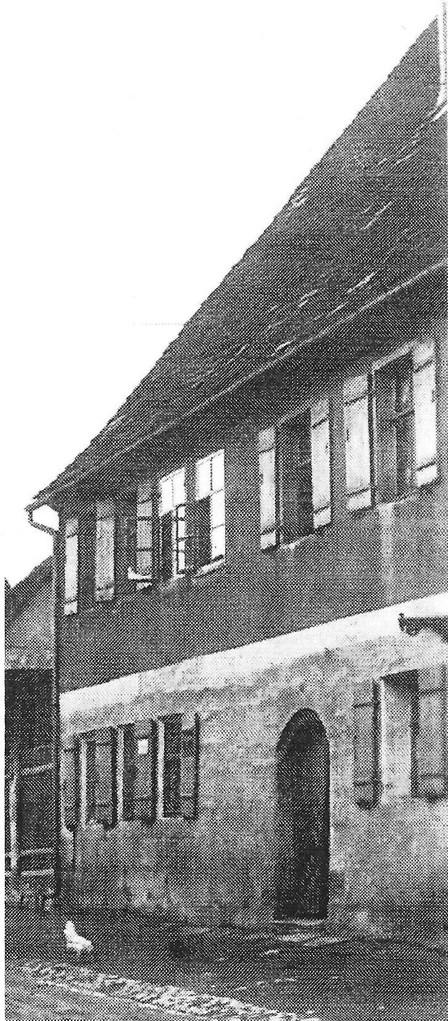 Das Ur-Gebäude war ab 1440 Brauhaus, Schenkstatt und Herberge des Klosteramts Frauenaurach. Von 1677 bis 1780 Tabakhandlung.
