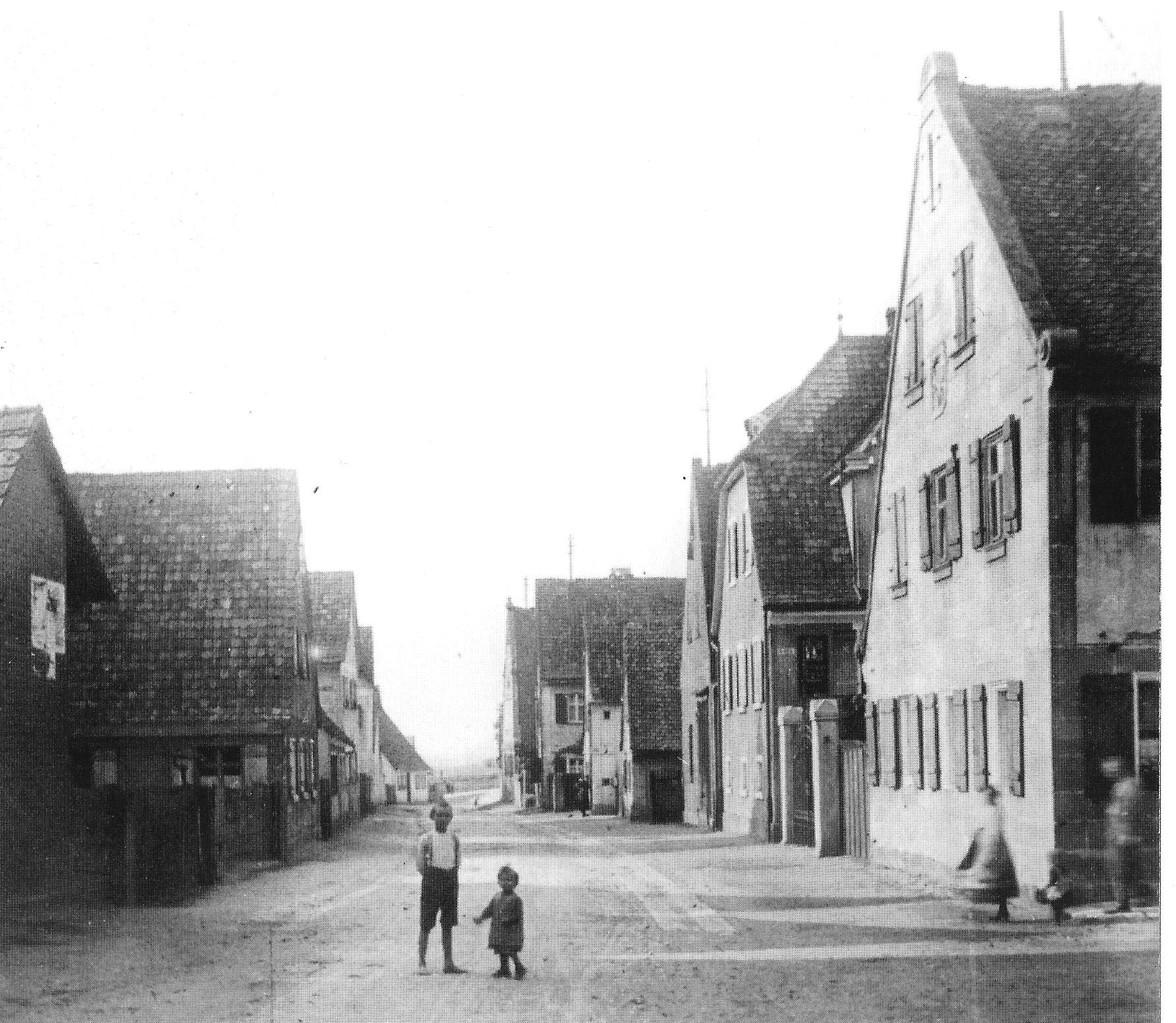 Schorlachstraße, ca. 1910: Zwischen den beiden ersten Häusern rechts lag der Hof mit unserem Lieblings-Klau-Birnbaum.