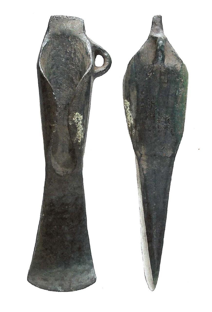 Ein Lappenbeil aus Bronze, das rituell deponiert worden war.