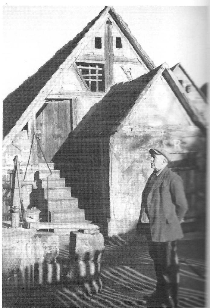 Der Hauseigentümer, Schmiedemeister Knorr, im Hof vor Scheune und Kelleranbau.