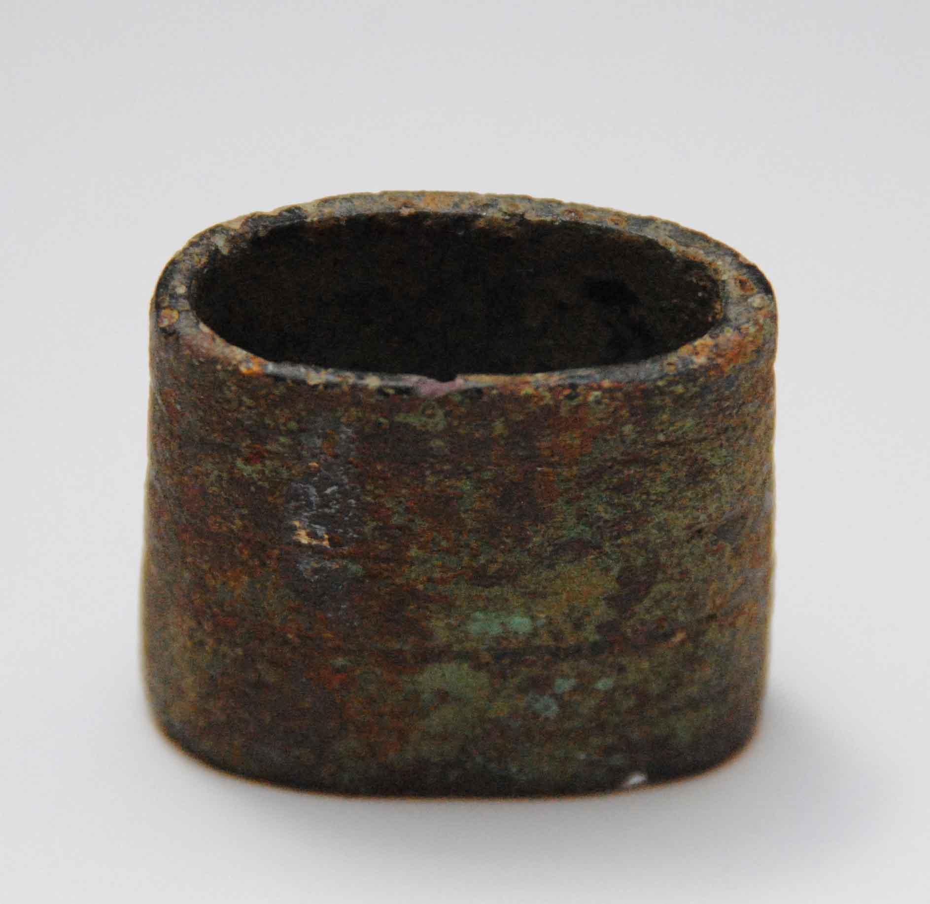 Verzierte Bronzehülse: wahrscheinlich Griff-Bestandteil eines spätmittelalerlichen Dolchs
