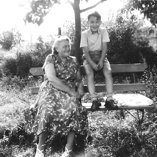 Im Garten meiner Großeltern in Erlangen mit der anderen Oma...