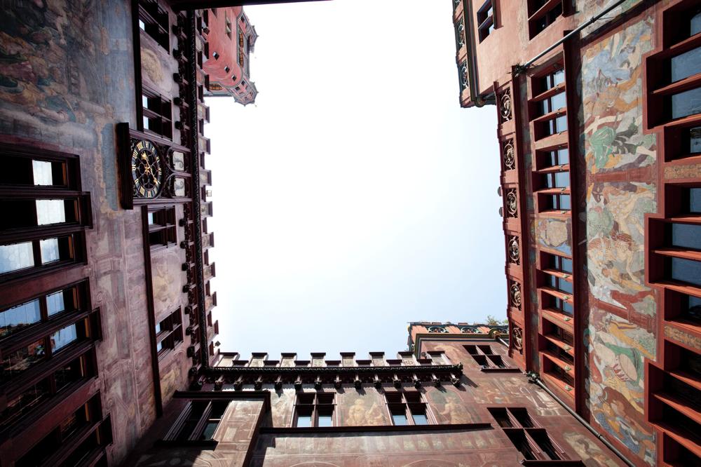 Mauern überwinden - auch das ist ein Aspekt des Smalltalks. Im Bild: Blick hinauf aus dem Innenhof des Basler Rathauses.