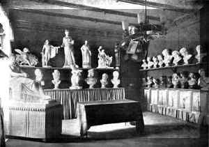 Die nebenstehende Abbildung zeigt einen der Lehr- und Ausstellungsräume, der hauptsächlich plastische und fotografische Exponate enthielt.