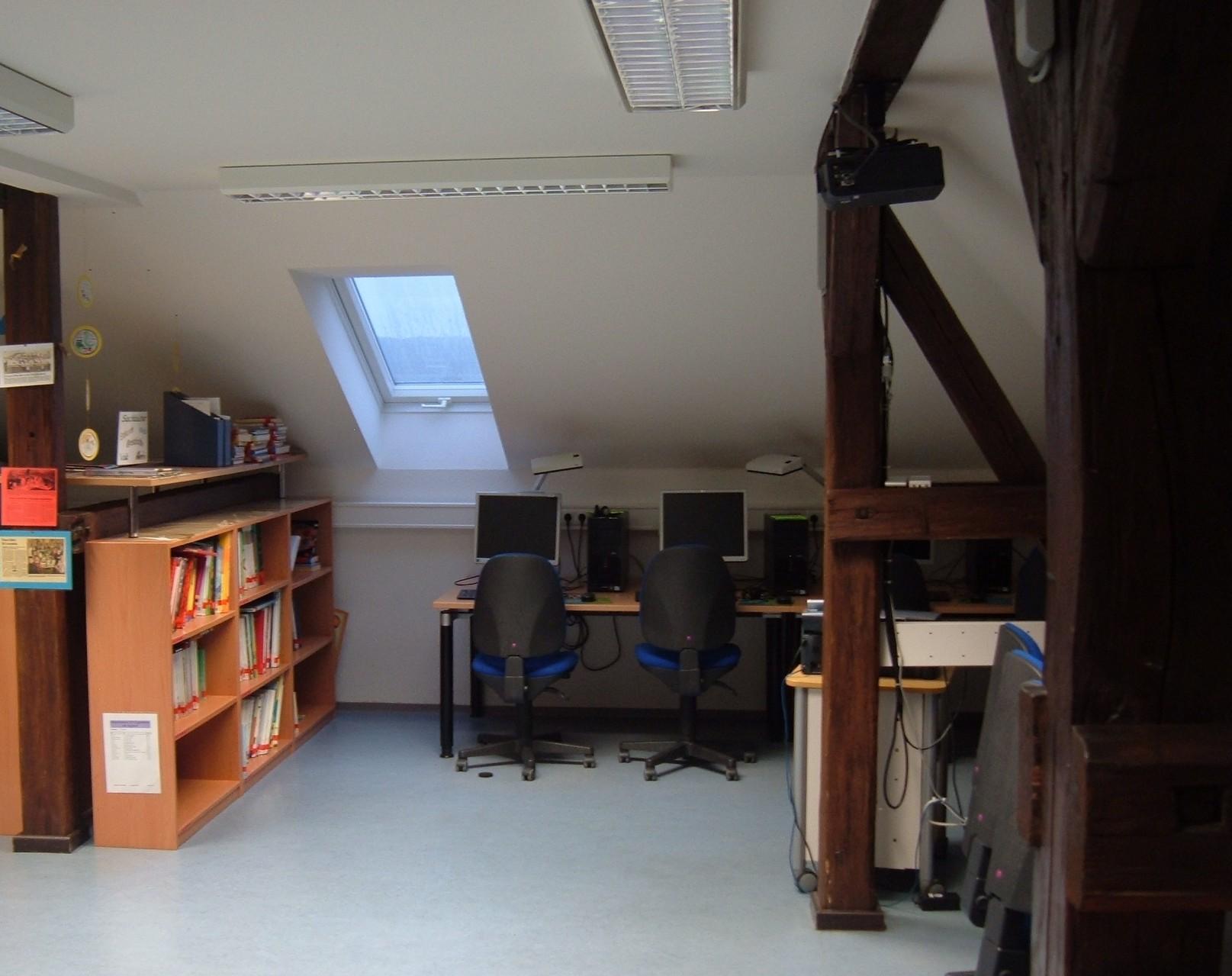 Grundschule Ziegelhütten:  Schülerbücherei und Computerraum