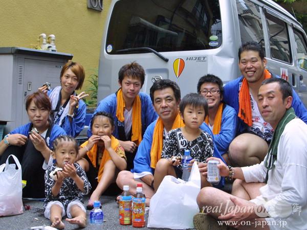 友心會さん。年間30以上は担いでいるよ。ちなみに地元は神奈川。金沢区の富岡八幡宮の祭りは 9/22(土)~9/23(日)。深川 富岡八幡宮さんの元だよ。
