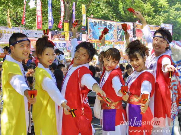 原宿表参道元気連さん。原宿少年少女合唱団、渋谷大学、ふるさとキャラバンが一緒になって小学校から60代の方まで、毎年同じ振りで楽しく踊っています。会場の皆様も含め、みんなが元気になれるように踊っています!まさに人と人のつながりです。