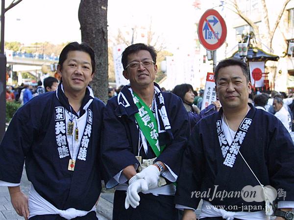 東京 共和睦さん。 今日は地元(茨城県笠間市)より神輿を運んで来ています。祭りの魅力?皆で一つの事に集中すること。揃うと担ぎも綺麗だよね。ストレス発散もあります!
