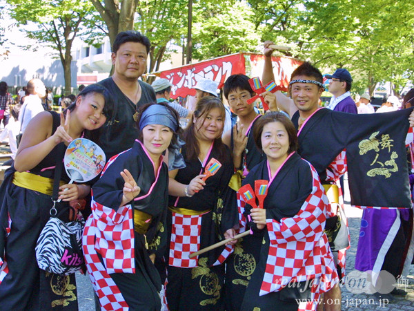 舞人さん。結成12年目、仲間が一つのファミリーのようになって踊っています。8月は毎週、年間約30の祭りに参加しています!