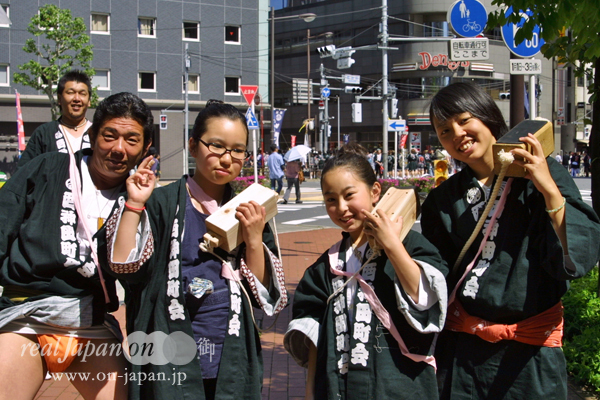 西神田町會さん その2。 当て木がキマッているお姉さんたち。お兄さんもキマッテいます~