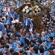 例外的に唯一神輿の上に人が乗ることが許される江戸神社(旧神田市場)の巨大神輿。宮入ともなると多くの担ぎ手たちで境内が埋め尽くされる。
