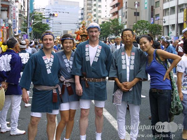 琴平睦さん。ファミリーです!今日は神輿初体験。楽しみです。オヤジさんはエキスパート。祭りの魅力?地域の一体感。そして、祭りには先輩後輩が集まり、そこでは昔からの会話が蘇ってくるよね。