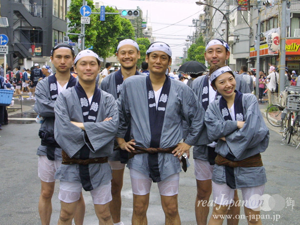 越一さん。祭りならでは、日本ならではの一体感が魅力かな。この水掛けはこの地域ならではでしょ。