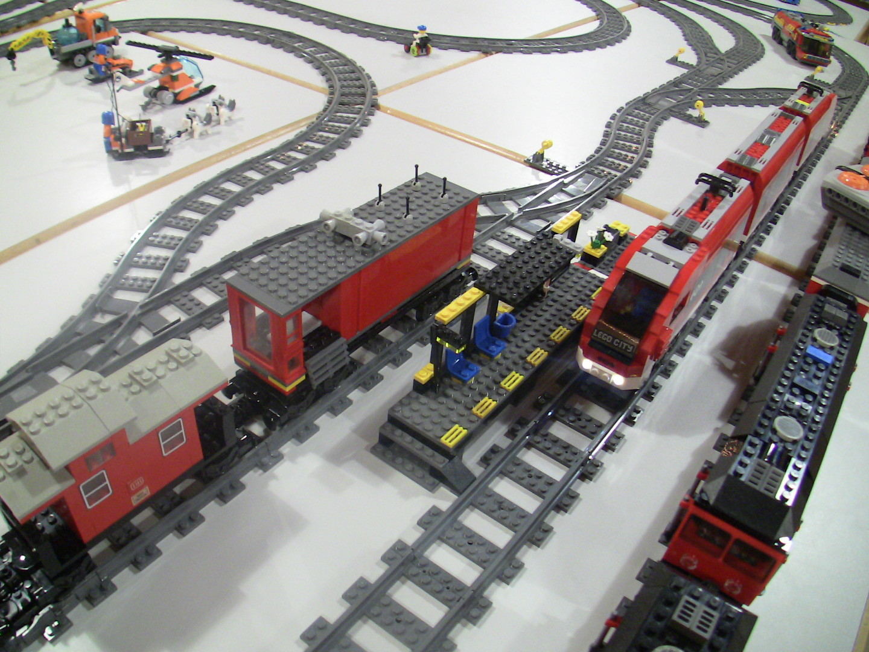 Zug am barrierefreien Bahnhof