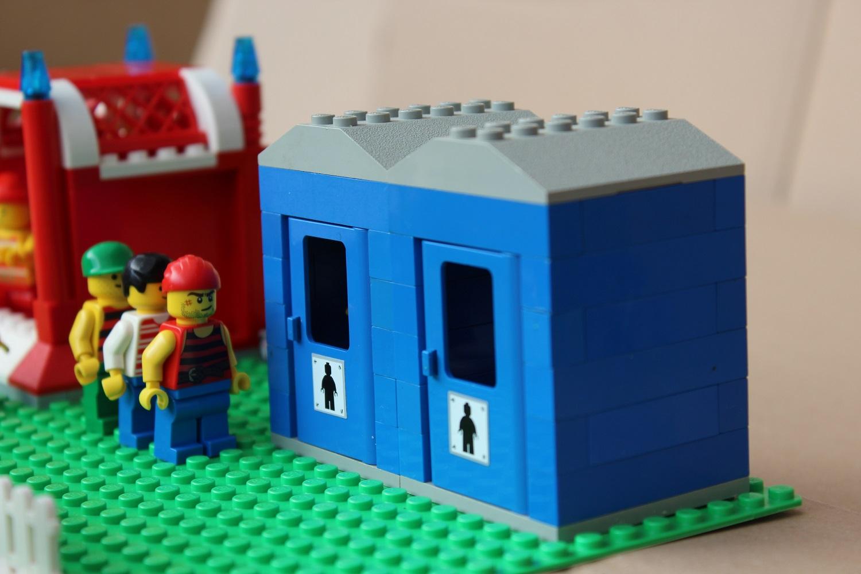 Warten am Legostein Toilettenhaus