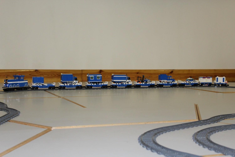 THW Eisenbahn-Zug nimmt THW-Fahrzeuge huckepack