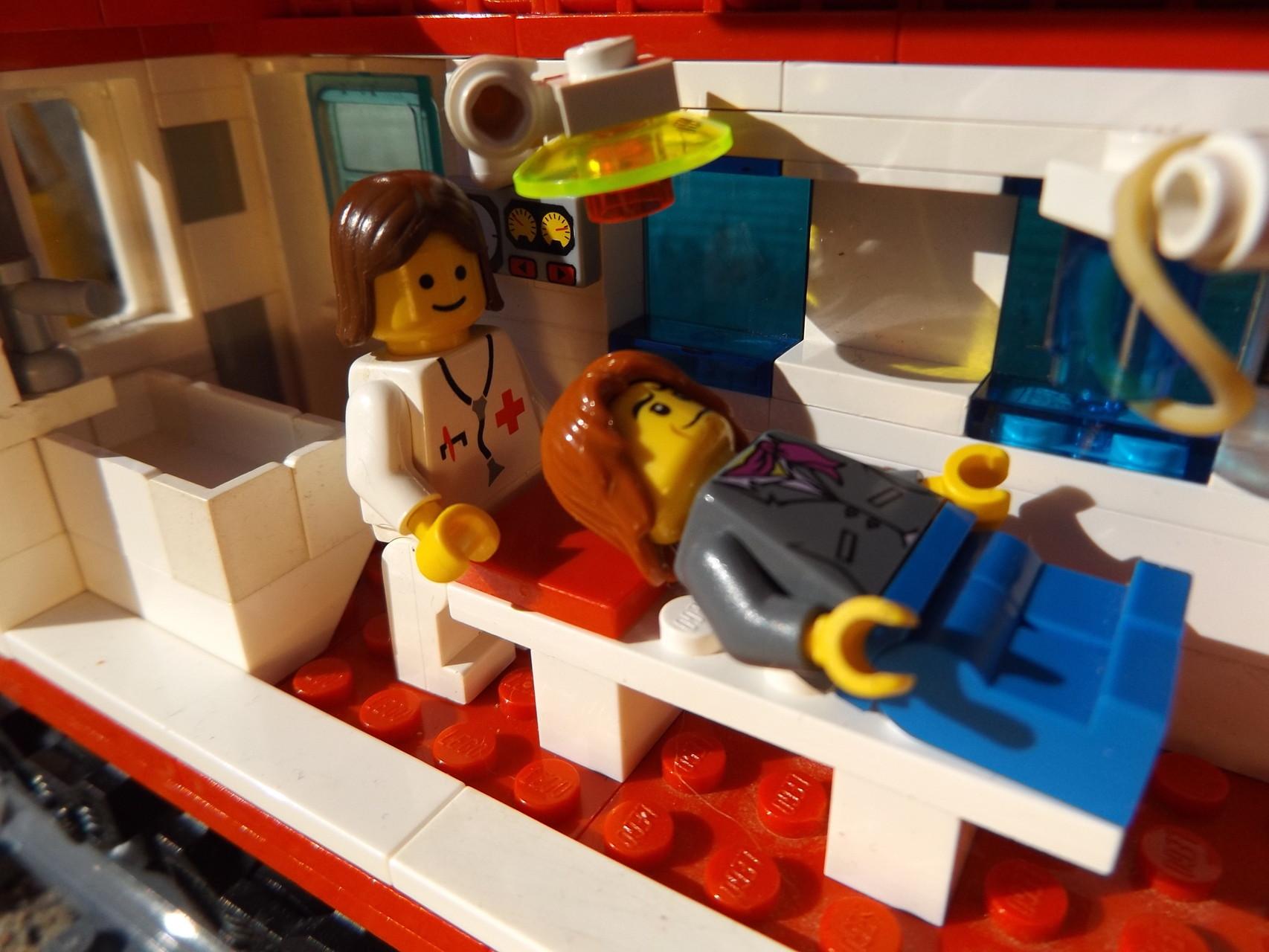 Doktor und Patient im Behandlungswaggon