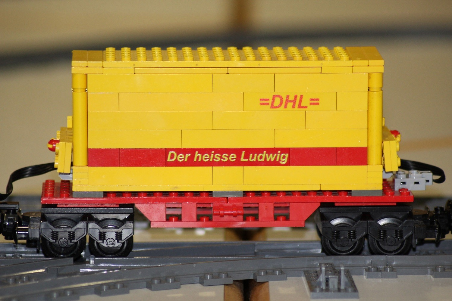 MOC DHL-Containier-Waggon