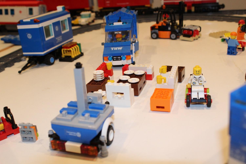THW Feldkochherd mit Sitzecke und Rollstuhlfahrer