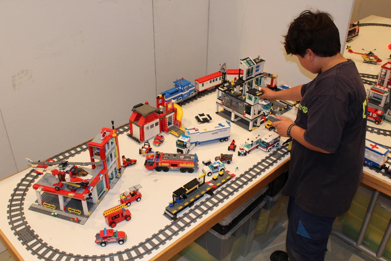 Spiel an der Legoeisenbahn-Anlage