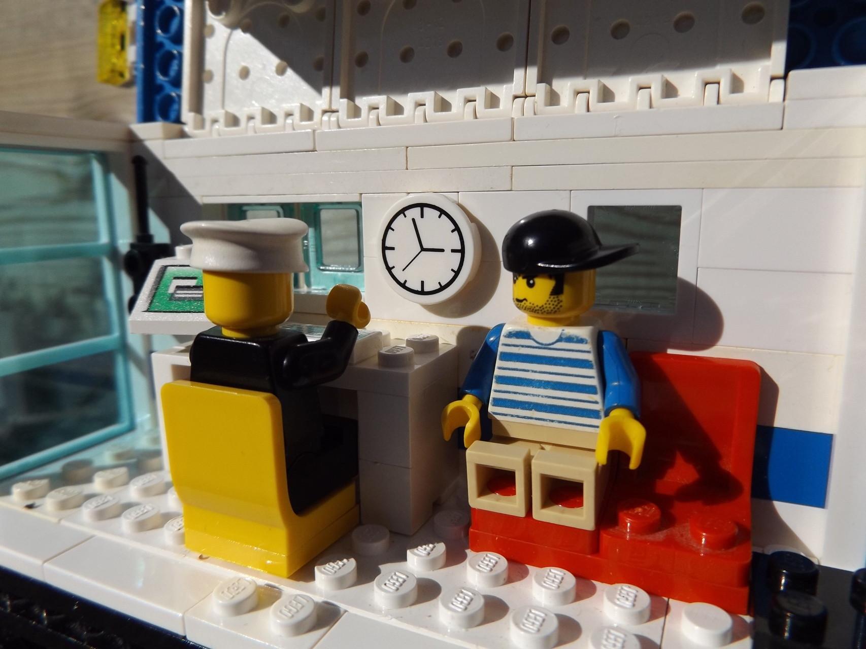 Protokoll-Gespräch im Büro-Waggon