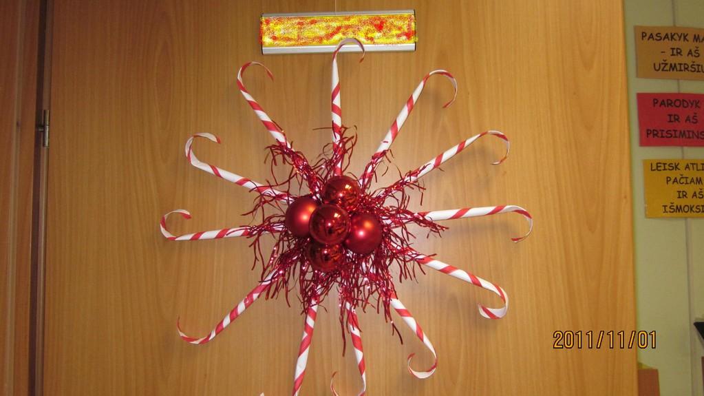 Kalėdų vainikas ant dklasės durų