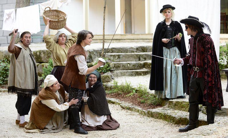 D'Artagnan (Samuel Schickler) trifft auf Lady de Winter (Julia Coolens) und Rochefort (Pascal Muckenfuß) | Foto: M. Niethammer