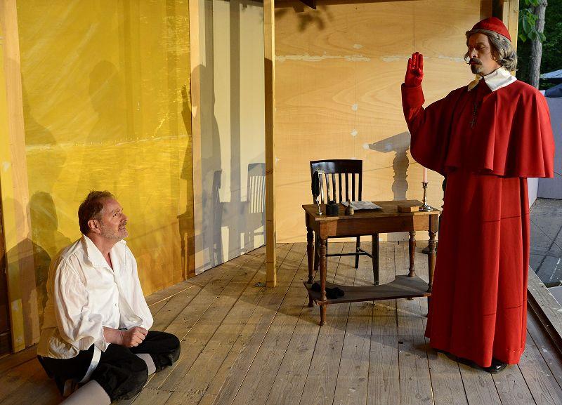 Käsehändler Bonacieux (Hartmut Pohnke) wird von Kardinal Richelieu (Holger Schlosser) verhört | Foto: M. Niethammer