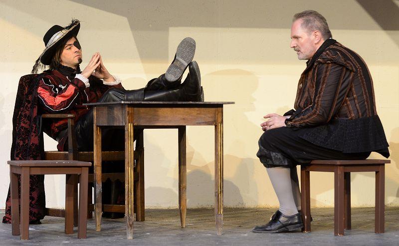 Rochefort (Pascal Muckenfuß) hat Bonacieux (Hartmut Pohnke) festgesetzt | Foto: M. Niethammer