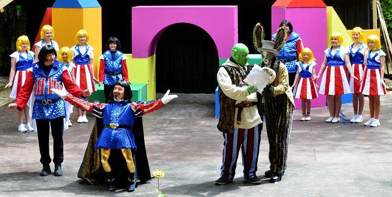 Lord Farquaad (Holger Schlosser) schickt Shrek (Heiko Raiser) und den Esel (Thomas Kahlert) auf eine Mission | Foto: M. Niethammer