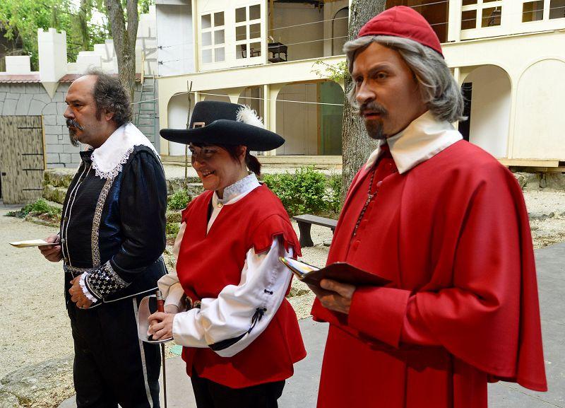 Probenpause für Siegelbewahrer Seguir (Carlos Vogt), einen Gardisten (Petra Glaunsinger) und Kardinal Richelieu (Holger Schlosser) | Foto: M. Niethammer