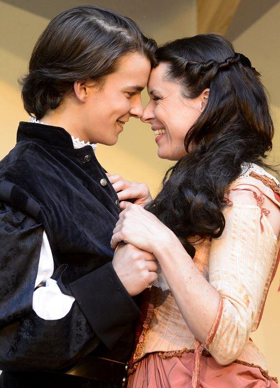 D'Artagnan (Samuel Schickler) und Constance Bonacieux (Carolin Lamparter) kommen sich näher | Foto: M. Niethammer