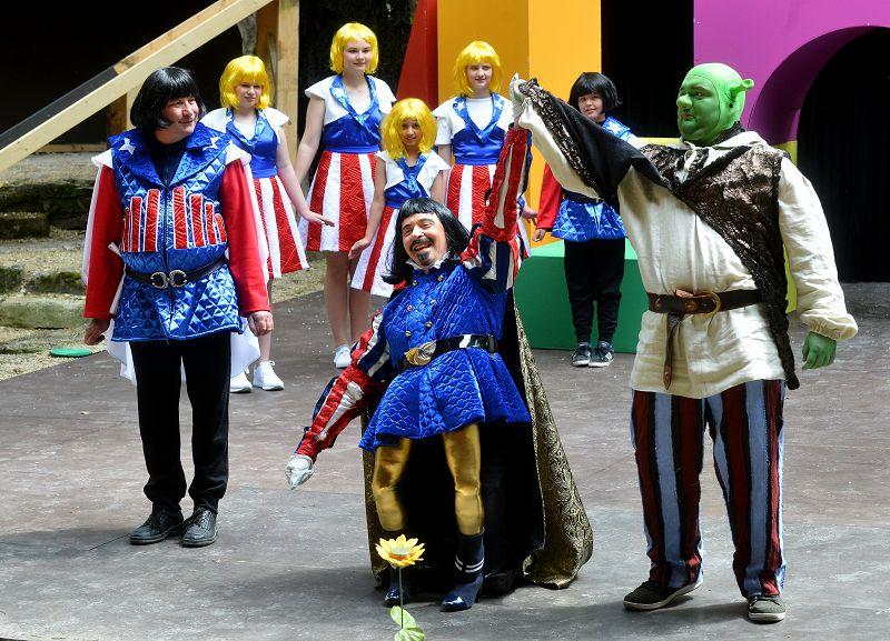 Lord Farquaad (Holger Schlosser) ernennt Shrek (Heiko Raiser) als Sieger | Foto: M. Niethammer