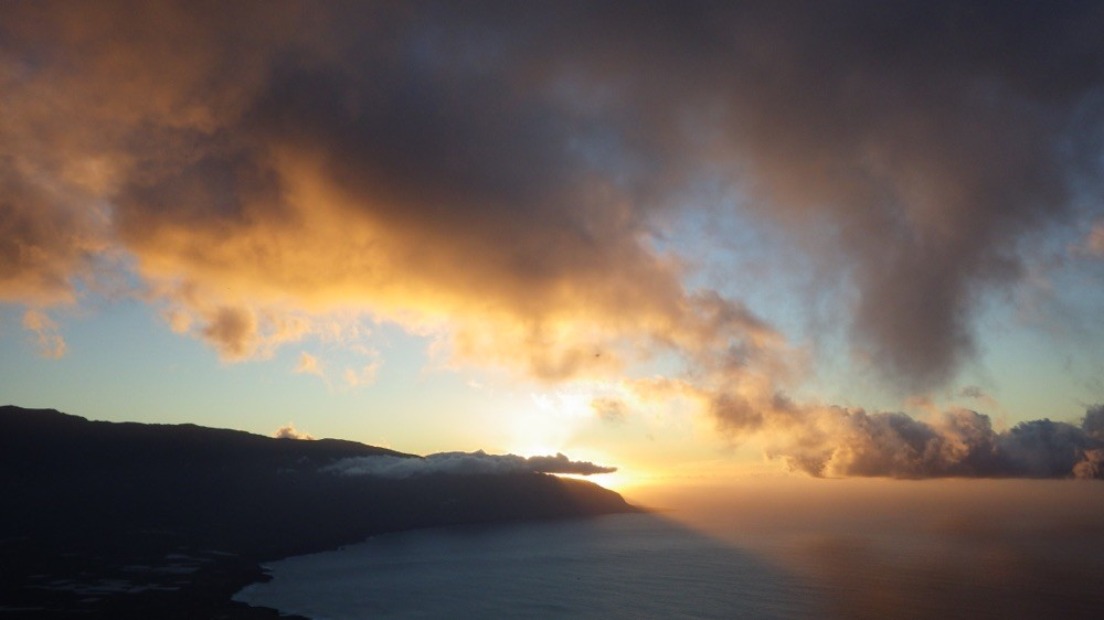 Sensationeller Sonnenuntergang von der Terrasse des Mirador de la Pena @ El Hierro