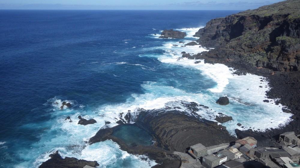 Pozo de las Calcosas @ El Hierro - 100 Meter hinab in die Bucht, wo sich weiß schäumende Wellen gegen den Fels werfen.