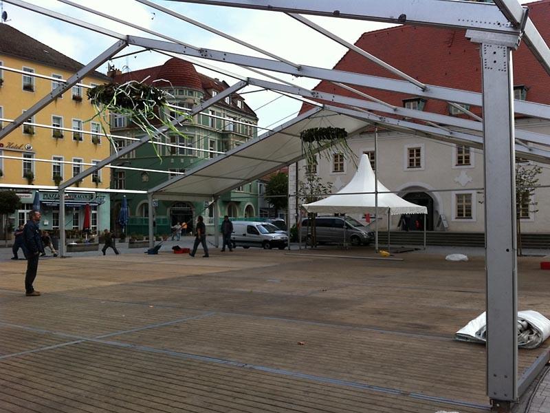 2010 neu - Das Festzelt steht  auf dem Marktplatz von Finsterwalde