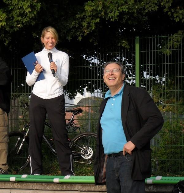Gut gelaunt eröffnen unsere Sportfachleitern Daniela Micek und unser Schulleiter Joachim Paul die Bundesjugendspiele